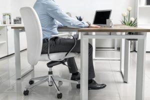 homem sentado em cadeira ergonômica
